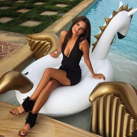 03-celebrities-summer-pool-float-emrata